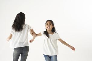 踊る姉妹の写真素材 [FYI03927996]