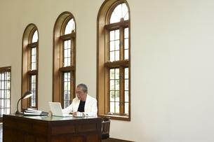 書斎でパソコンを見る男性の写真素材 [FYI03928038]