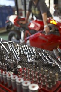 休日にバイクを整備する男性と工具の写真素材 [FYI03928065]