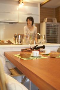 キッチンで洗い物をする女性の写真素材 [FYI03928075]
