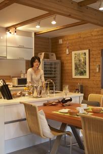 キッチンで洗い物をする女性の写真素材 [FYI03928077]