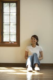 窓辺の女性の写真素材 [FYI03928090]