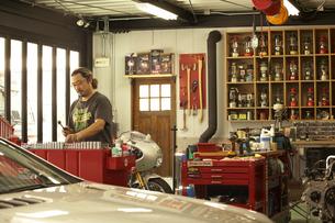 ガレージで休日をすごす男性の写真素材 [FYI03928103]