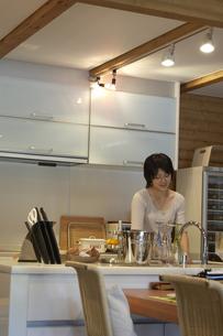 キッチンで洗い物をする女性の写真素材 [FYI03928114]