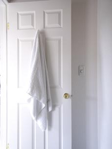 ドアとバスタオルの写真素材 [FYI03928123]