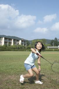 公園でバトミントンをする女の子の写真素材 [FYI03928125]