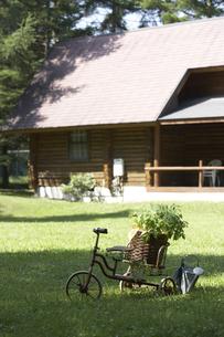 芝生の上のプランター台と植木鉢の写真素材 [FYI03928161]
