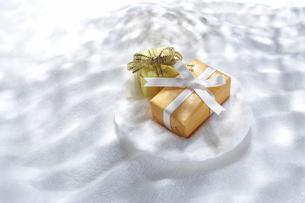 タマゴとプレゼントの写真素材 [FYI03928213]