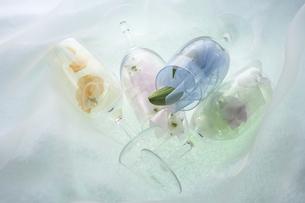 グラスのリボンとスイトピー・デルファニウム・ユリの写真素材 [FYI03928222]