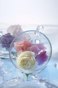 ガラスのカップの中のバラとスイトピーの写真素材 [FYI03928231]