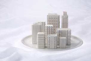 トレーに載ったビルの模型の写真素材 [FYI03928246]