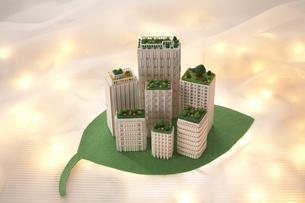 葉っぱの上の模型のビルの写真素材 [FYI03928249]
