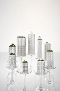 模型のビルとグラスの写真素材 [FYI03928262]