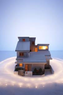 家の模型と光の写真素材 [FYI03928263]