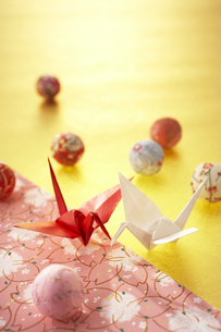 紅白の折り鶴の写真素材 [FYI03928340]