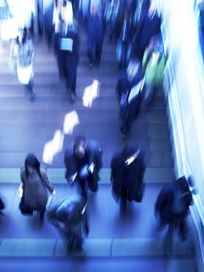 階段を行き交う人々の写真素材 [FYI03928386]