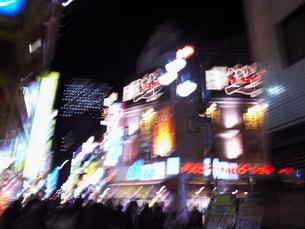 夜のネオン街の写真素材 [FYI03928388]