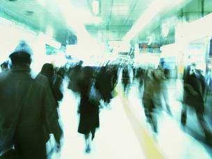 街を歩く人々の写真素材 [FYI03928389]