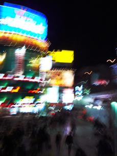 夜のネオン街の写真素材 [FYI03928401]