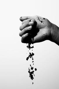 土を握った男性の手の写真素材 [FYI03928408]