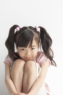 膝をかかえている女の子の写真素材 [FYI03928426]