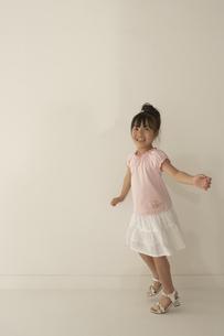 スキップをする女の子の写真素材 [FYI03928462]