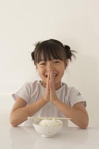 ご飯を前にいただきますをする女の子の写真素材 [FYI03928465]