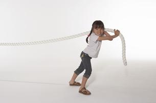 綱引きをする女の子の写真素材 [FYI03928479]