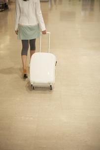スーツケースをひく女性の写真素材 [FYI03928490]