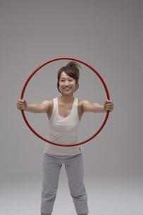 赤い輪を持っている女性の写真素材 [FYI03928517]
