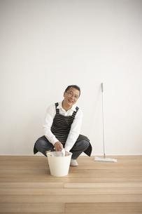 エプロンをして掃除をする男性の写真素材 [FYI03928553]