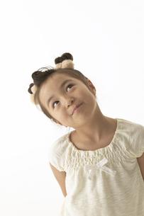 空を見つめている女の子の写真素材 [FYI03928565]