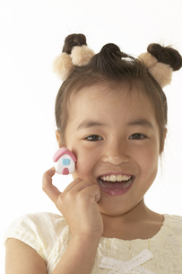 小さな家を持っている笑顔の女の子の写真素材 [FYI03928566]