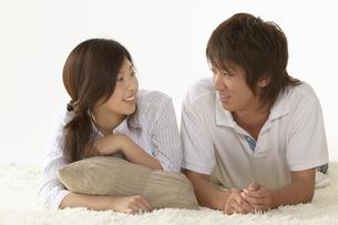 部屋でくつろいでいる男性と女性の写真素材 [FYI03928573]