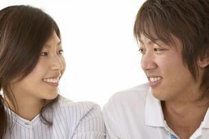 会話をしている男性と女性の写真素材 [FYI03928576]