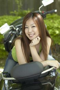 バイクに座っている女性の写真素材 [FYI03928587]
