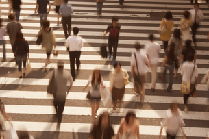 横断歩道を行き交う人々 JR大阪駅前の写真素材 [FYI03928590]