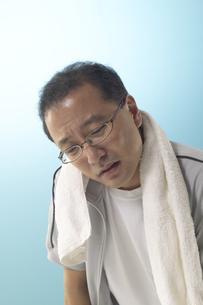 運動をして疲れているジャージを着た男性の写真素材 [FYI03928604]