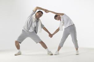 ジャージを着て体操をしている父親と娘の写真素材 [FYI03928606]