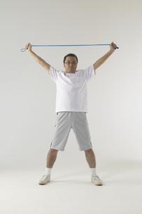ゴムで運動をしている男性の写真素材 [FYI03928614]