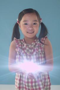 手から光を放っている女の子の写真素材 [FYI03928616]