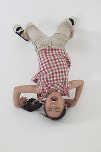 ブリッジをしている女の子の写真素材 [FYI03928619]