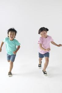 走っている男の子と女の子の写真素材 [FYI03928622]