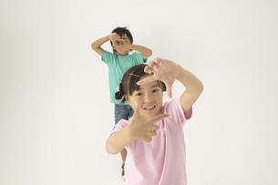 手で四角を作っている男の子と女の子の写真素材 [FYI03928626]