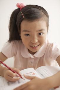 勉強をしている女の子の写真素材 [FYI03928637]