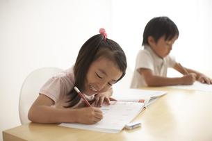 勉強をしている男の子と女の子の写真素材 [FYI03928638]