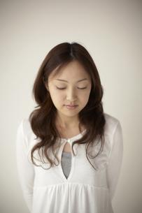 目を閉じている女性の写真素材 [FYI03928647]
