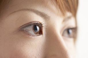 真剣な眼差しの女性の写真素材 [FYI03928651]