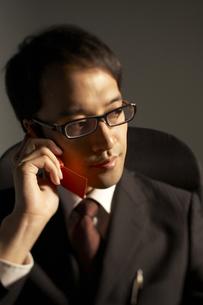 携帯電話で話をしている男性の写真素材 [FYI03928662]