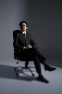 椅子に座っている男性の写真素材 [FYI03928663]